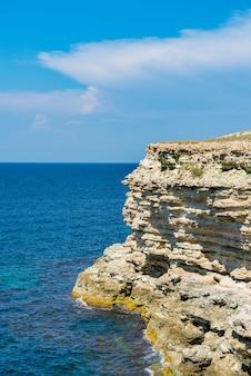 Vue sur la mer noire et les rochers de grès du haut des collines de crimée