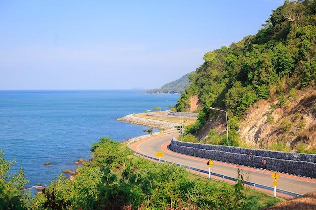 Vue sur la mer et point de vue sur la route chalerm burapha chonlathit.