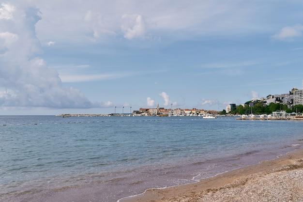 Vue de la mer à la presqu'île avec des maisons entourées d'arbres verts