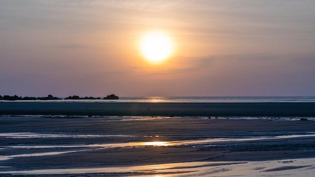 Vue sur la mer tropicale au coucher du soleil