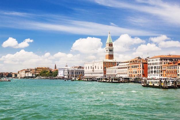 Vue sur la mer vénitienne d'été