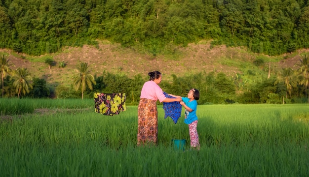 La vue de la mère et la fille traînent la lessive