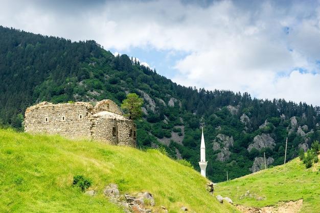 Vue d'un minaret dans l'ancienne église grecque. giresun - turquie