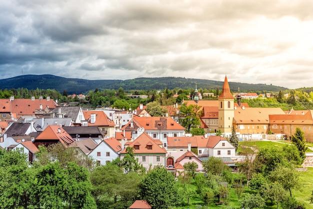 Vue sur le monastère des minorités et la vieille ville de cesky krumlov. république tchèque
