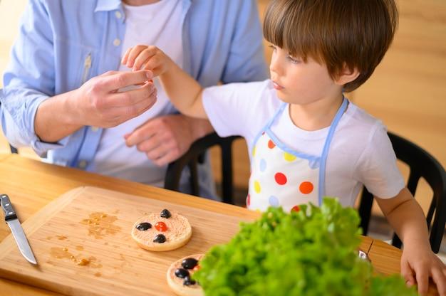 Vue monoparentale du père et de l'enfant