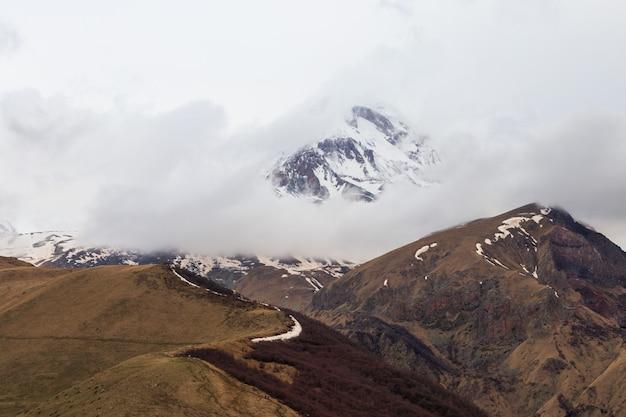 Vue sur le mont kazbek dans les montagnes du caucase, géorgie