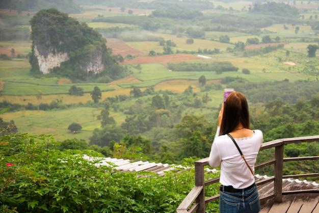 Vue sur la montagne et belle brume du parc national de phu langka en thaïlande
