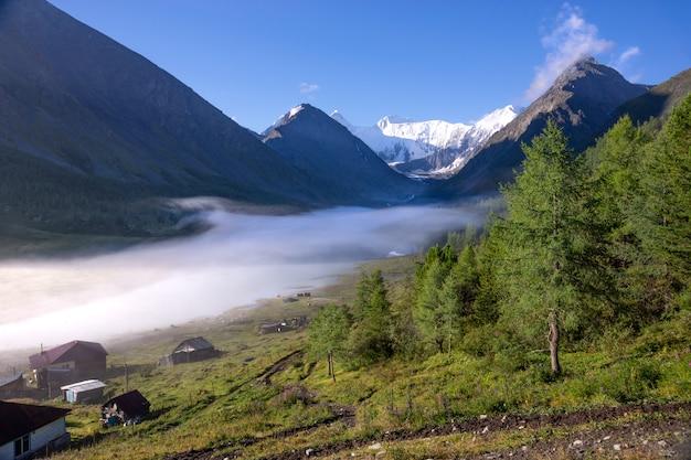 La vue sur la montagne belukha dans les montagnes de l'altaï