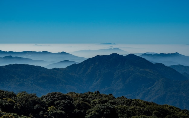 Vue sur la montagne à doi inthanon chiang mai, thaïlande