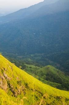 Vue sur la montagne d'une hauteur. vue sur les collines lumineuses couvertes de soleil.