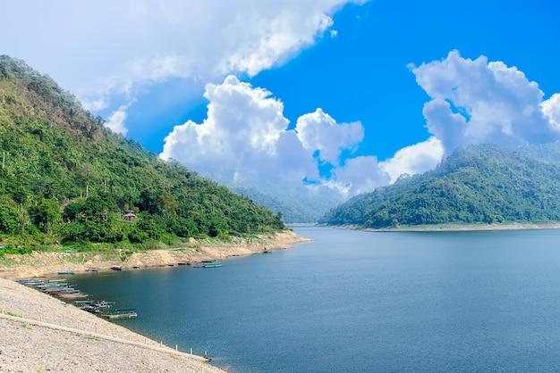 Vue de montagne et rivière sur beau ciel
