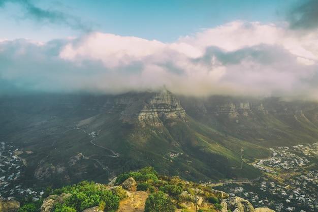 Vue sur la montagne de la table couverte de nuages de la tête de lion
