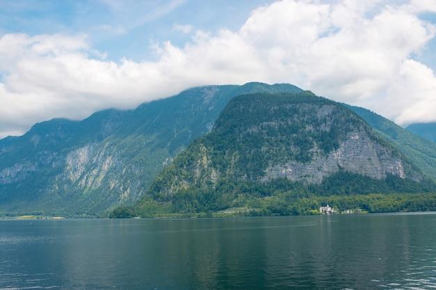 Vue sur les montagnes alpines idylliques et le lac. journée d'été ensoleillée dans la ville de hallstatt, autriche, europe