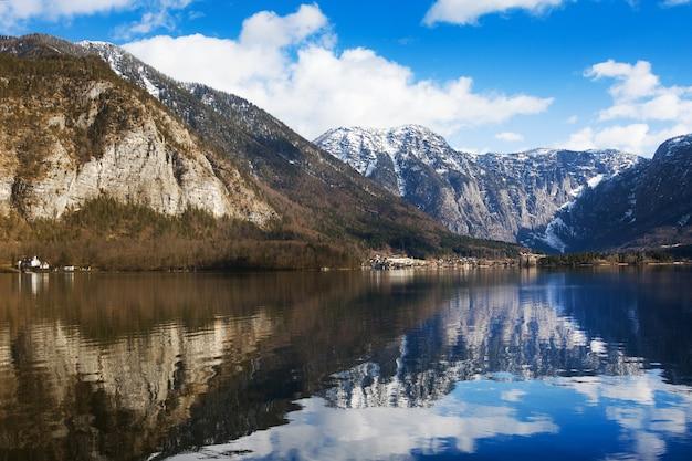 Vue sur les montagnes alpines idylliques et le lac