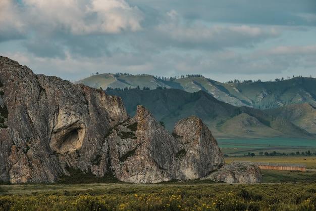 Vue sur les montagnes de l'altaï en direction de tyungur.