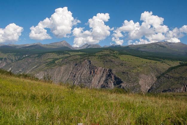 Vue sur les montagnes, le ciel et les nuages dans l'altaï, en sibérie
