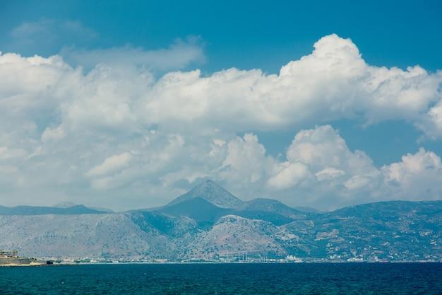 Vue sur les montagnes et la côte de la mer