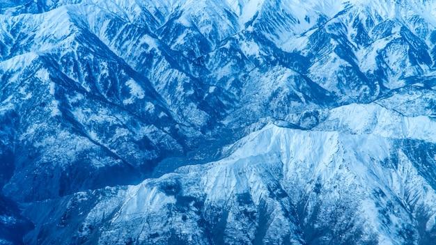 Vue sur les montagnes depuis l'avion