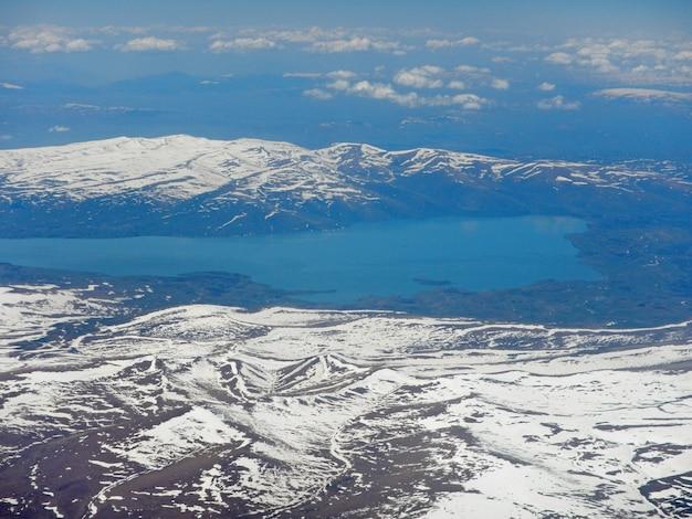 La vue sur les montagnes du caucase depuis l'avion