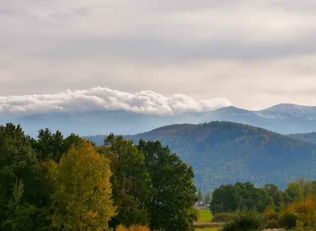 Vue sur les montagnes géantes de la vallée, pologne