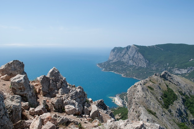 Vue des montagnes sur la mer bleue et les plages de laspi