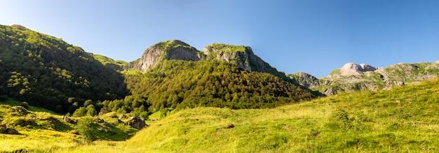 Vue sur les montagnes des pyrénées avec un ciel bleu