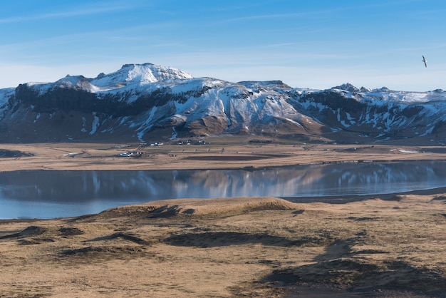 Vue des montagnes de reynisfjall enneigées de dyrholaey, islande