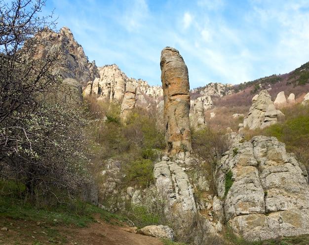 Vue sur les montagnes rocheuses (vallée des fantômes près du mont demerdzhi, crimée, ukraine)