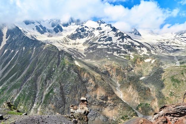 Vue sur les montagnes et les sommets du caucase recouverts de neige. elbrouz