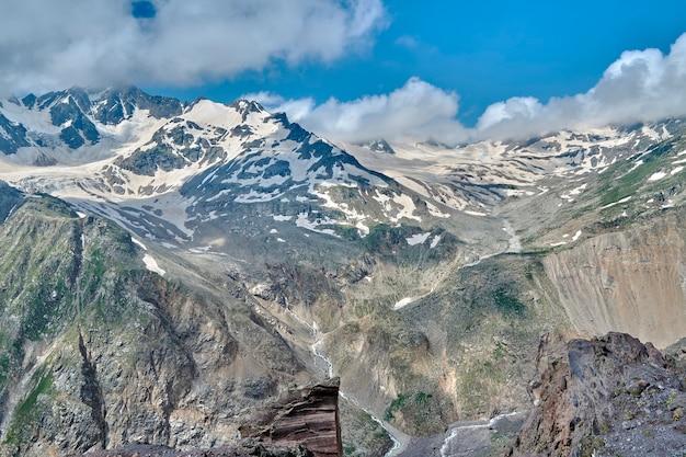 Vue sur les montagnes et les sommets du caucase recouverts de neige
