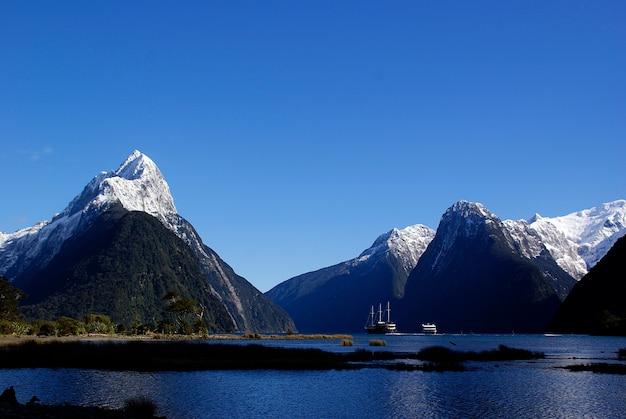 Vue des montagnes sonores de milford, en nouvelle-zélande.