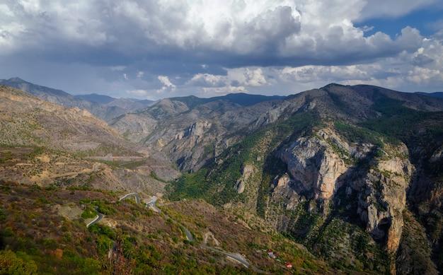 Vue sur les montagnes à torul, trabzon, turquie.