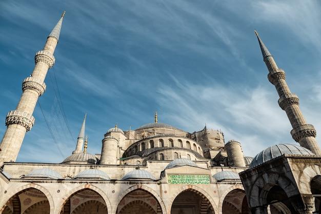 Vue sur la mosquée bleue depuis la cour