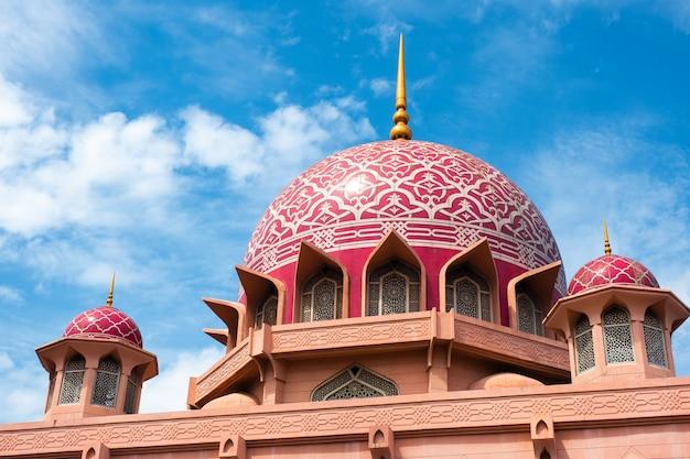 Vue de la mosquée putra (masjid putra) à putrajaya, malaisie