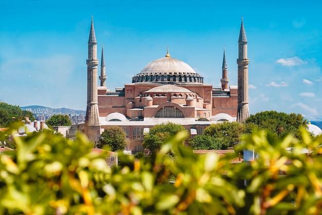 Une vue de la mosquée sainte-sophie depuis le toit d'un hôtel.