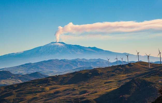 Vue des moulins à vent et du volcan etna