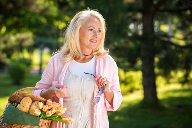 Vue moyenne vieille femme à la recherche de suite