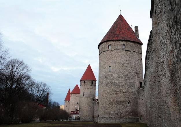Vue sur le mur du château avec des tours sur la colline de toompea dans la vieille ville de tallin, en estonie. l'europe 
