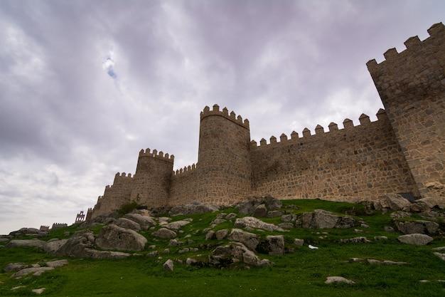 Vue sur les murs d'avila, ville médiévale fortifiée en espagne
