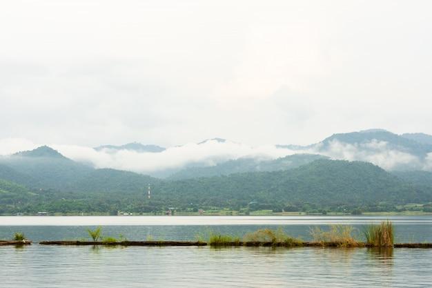 Vue naturelle rivière et montagne