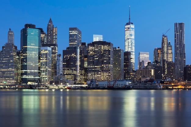 Vue de new york city manhattan midtown au crépuscule avec des gratte-ciel illuminés sur la rivière east