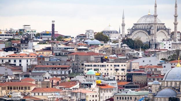 Vue des niveaux de bâtiments résidentiels avec la mosquée nuruosmaniye à istanbul, turquie