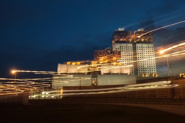 Vue nocturne de l'académie russe des sciences depuis le troisième anneau de transport