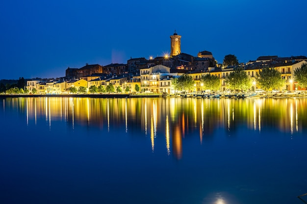 Vue nocturne de l'ancien village de marta, sur les rives du lac de bolsena dans le latium, italie