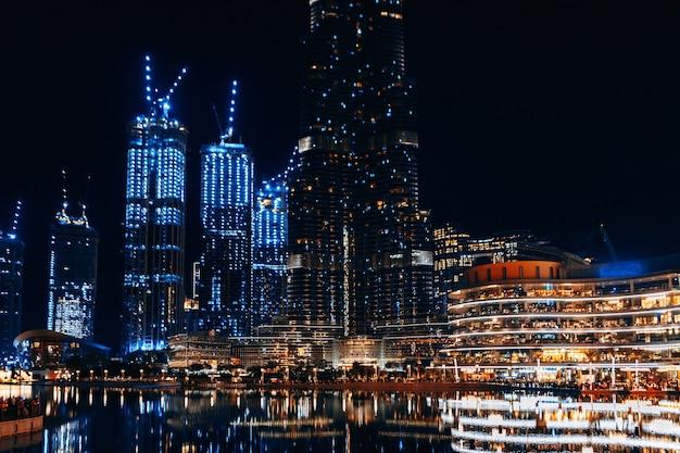 Vue nocturne des bâtiments du centre-ville près de burj khalifa