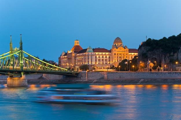 Vue nocturne de budapest, monuments hongrois, pont de la liberté et palais de l'hôtel gellert