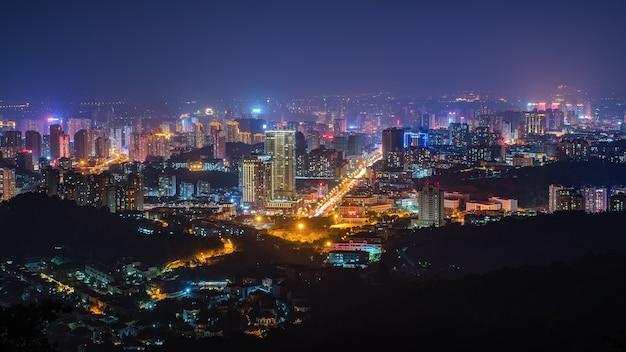 Vue nocturne colorée de la ville