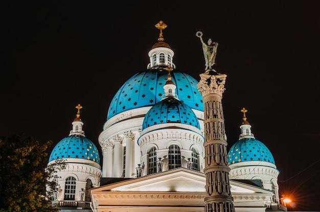 Vue nocturne des dômes avec des étoiles de la cathédrale troitsky à saint-pétersbourg.