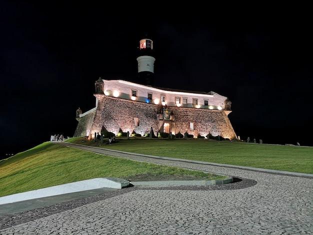 Vue nocturne du phare de barra salvador, bahia, brésil.