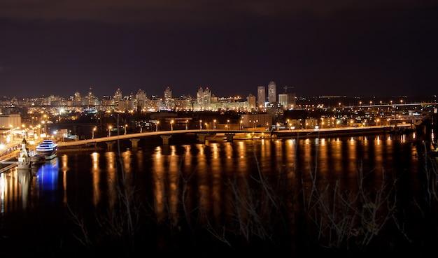 Vue nocturne de kiev depuis un belvédère